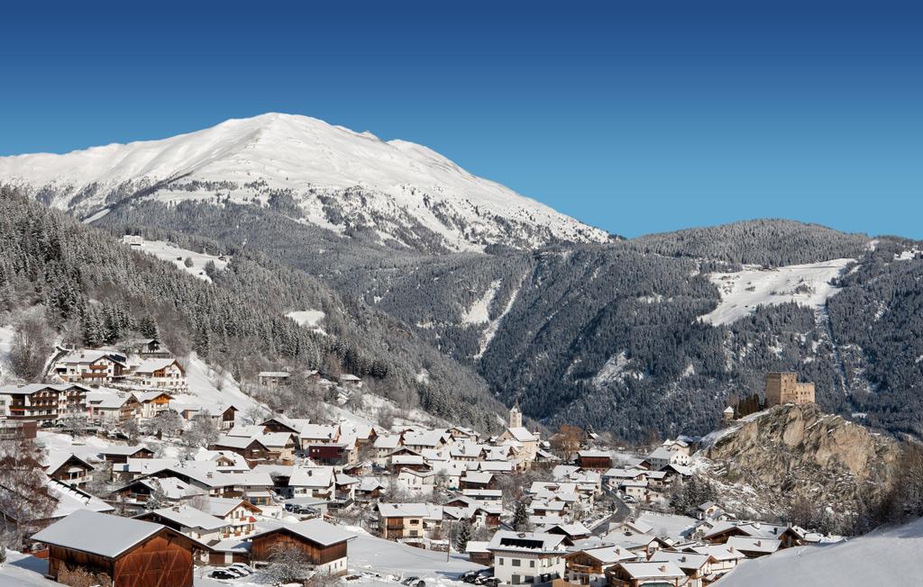 Uitzicht op het besneeuwde dorp Ladis