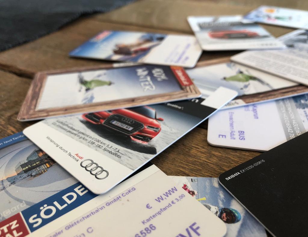 Skipasprijzen 2018/2019: skiën weer duurder: stapel met skipassen