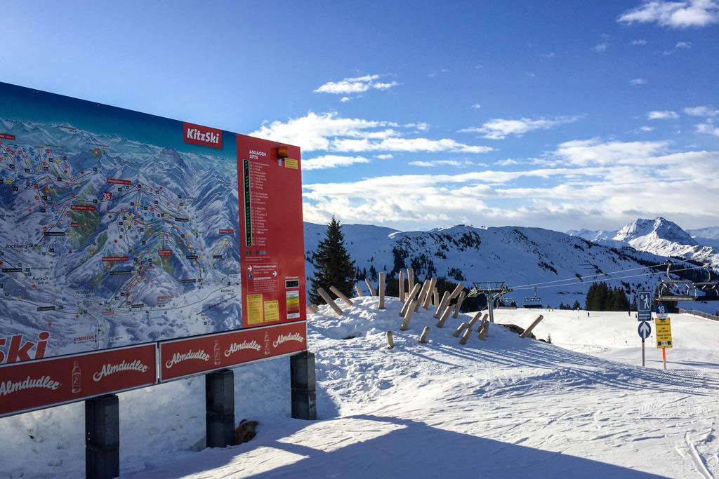 Bord met pistekaart in skigebied Kitzbühel & Kirchgberg