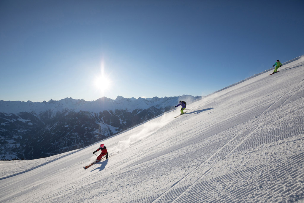 Skiën op een vers geprepareerde piste in skigebied Serfaus-Fiss-Ladis