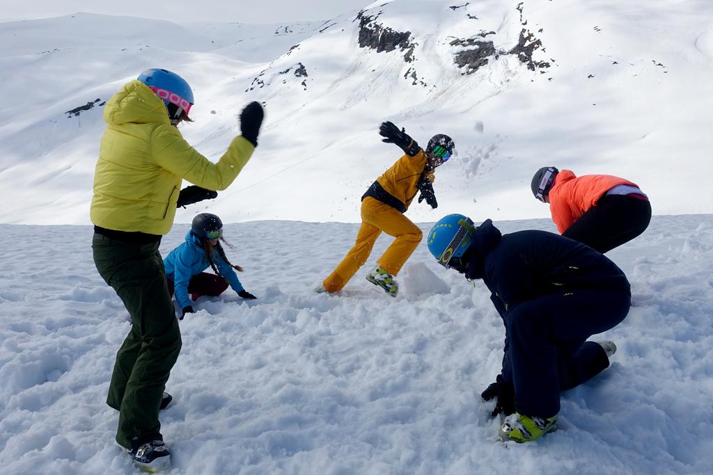 Plezier in de sneeuw met vrienden