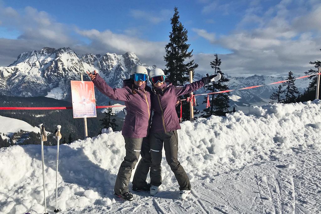 Wintersporters in dezelfde ski-outfit op de piste