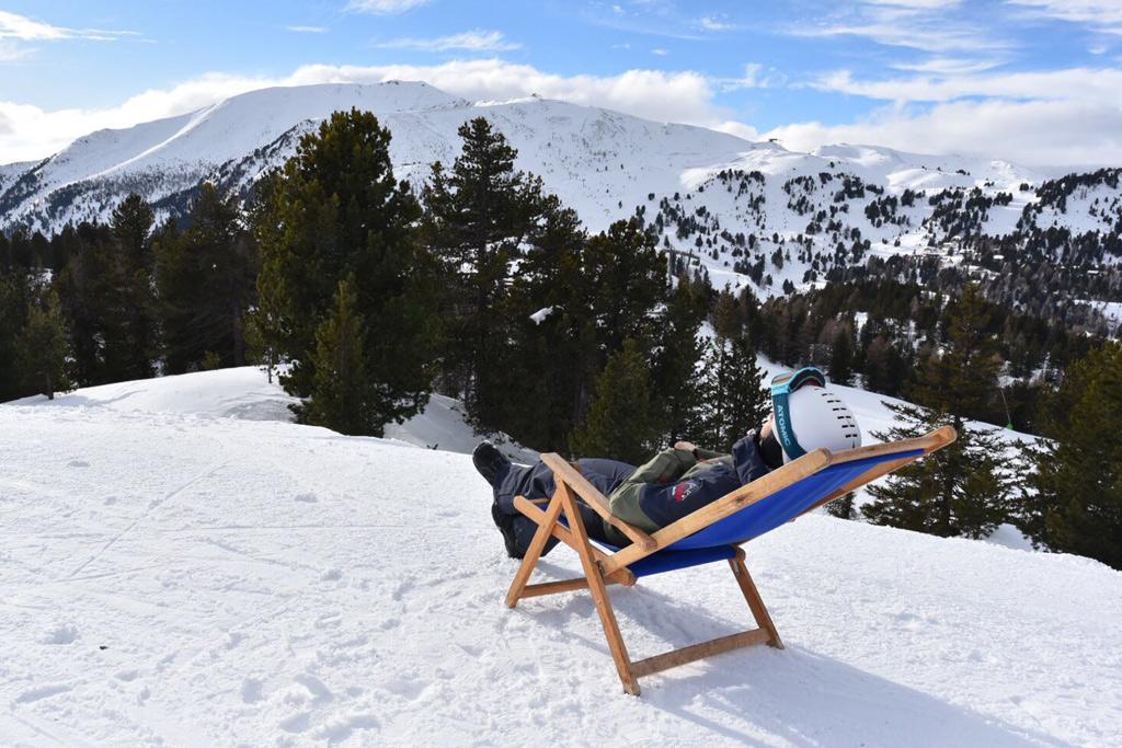 Even bijkomen in een ligstoeltje op de piste op wintersport