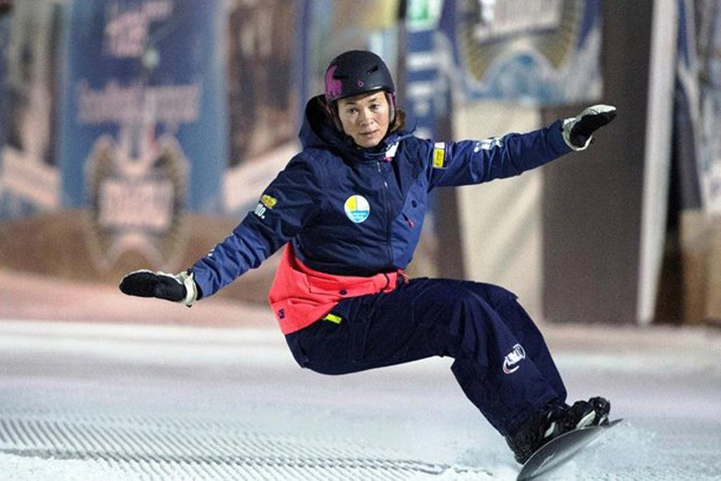 Bibian Mentel op haar snowboard in een indoorhal