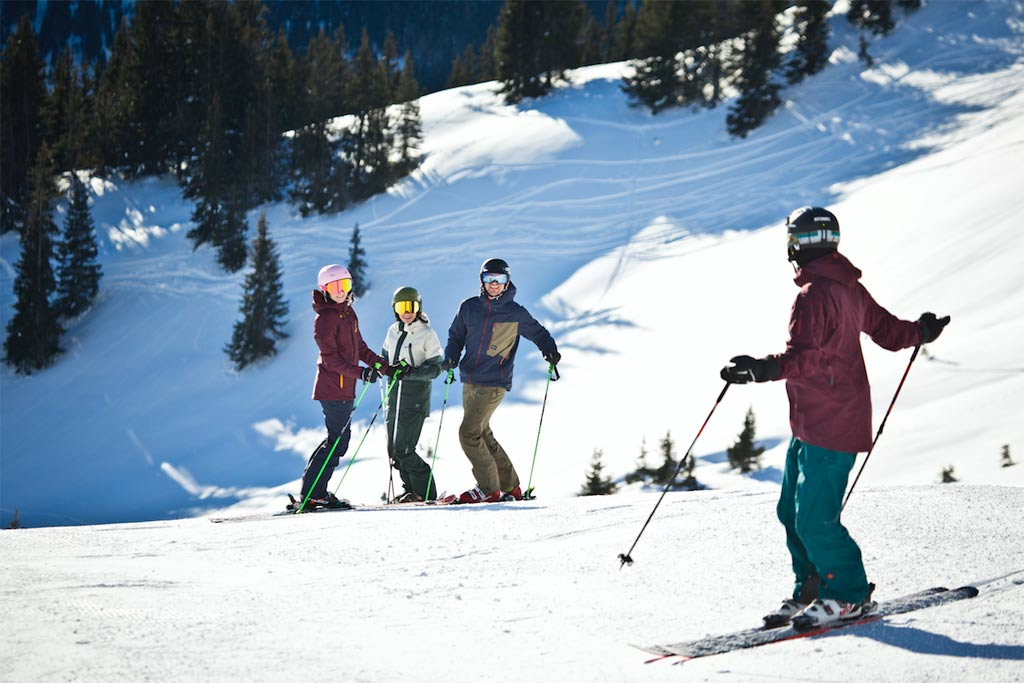 Skiën met vrienden op de piste in Skicircus Saalbach Hinterglemm Leogang Fieberbrunn