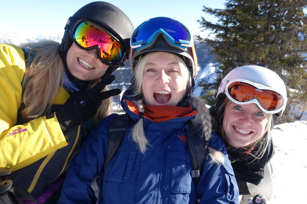 Groepje meiden op de foto op wintersport
