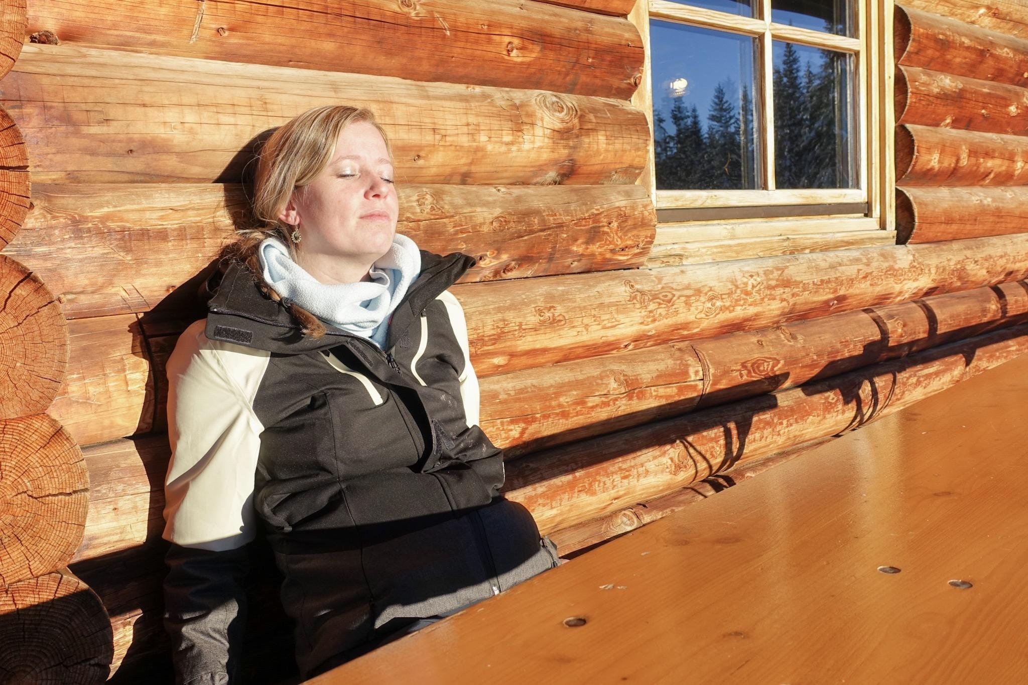 Op het terras van een berghut in de zon