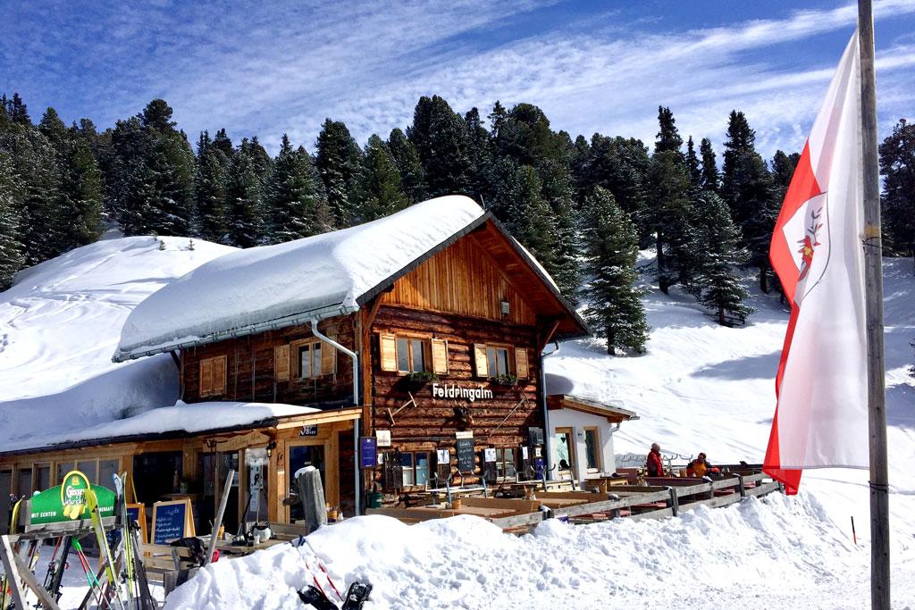 Berghut in de sneeuw winter