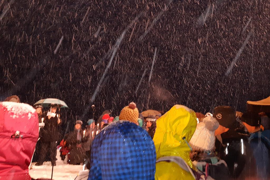 Sneeuw tijdens 200-jarig jubileum 'Stille Nacht' boven op Innsbrücker huisberg