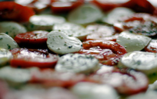 Frisse Italiaanse salade met mozzarella en parmaham