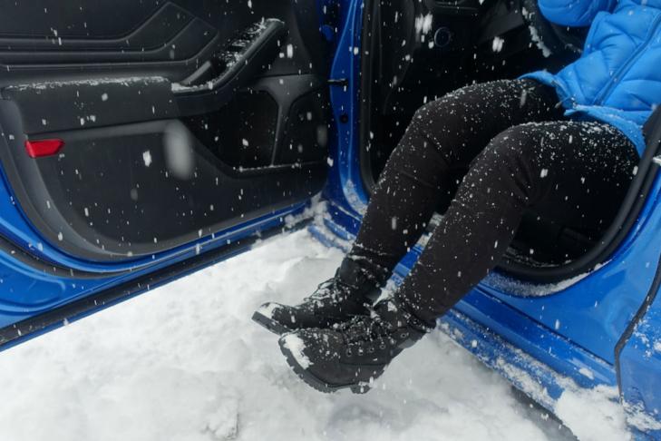Schoenen afkloppen voordat je in de auto stapt op wintersport