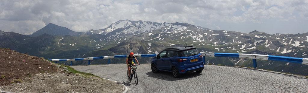 Rijden in de bergen over een bergweg