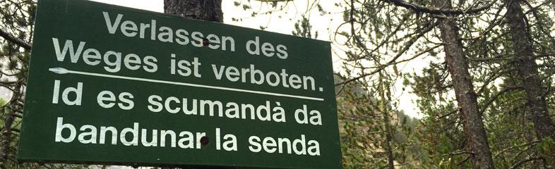 Verboden toegang in de bergen op deze weg