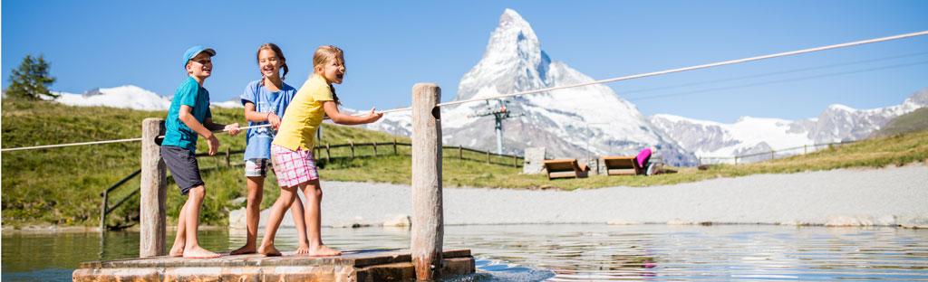 Waterpret op een vlot met de familie bij de Leisee onder de Matterhorn bij Zermatt
