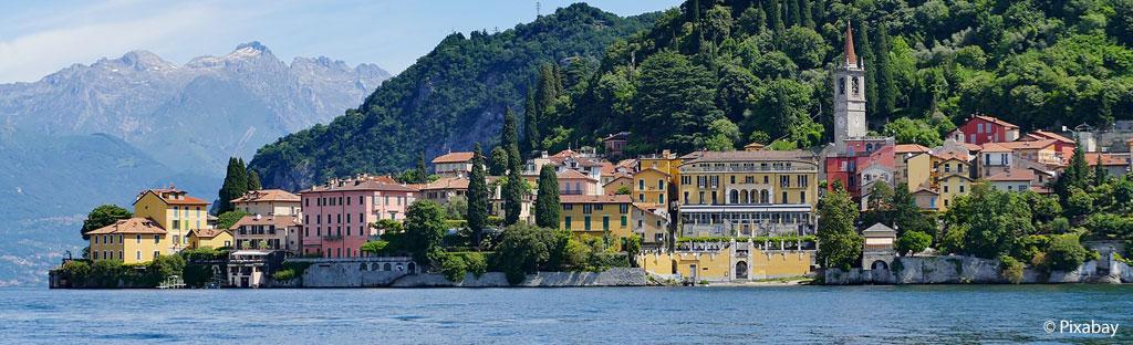 Kijkend op een dorpje langs het Comomeer vanaf het water