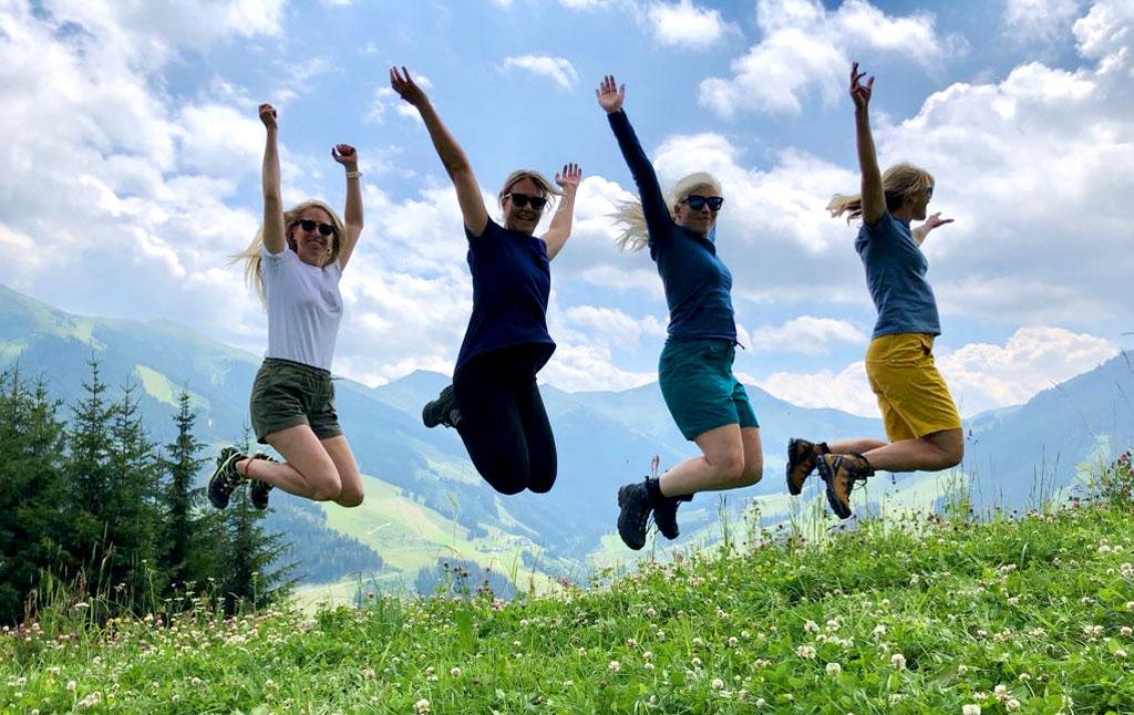 Groep vrouwen springen in de bergen