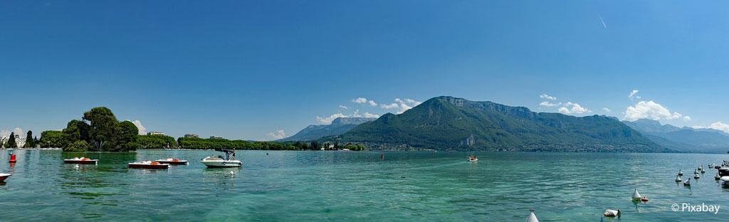 Azuurblauw water, kleurige bootjes, meer van Annecy