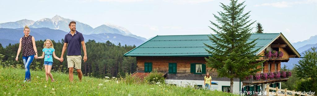 Familie loopt huttentocht in Oostenrijk