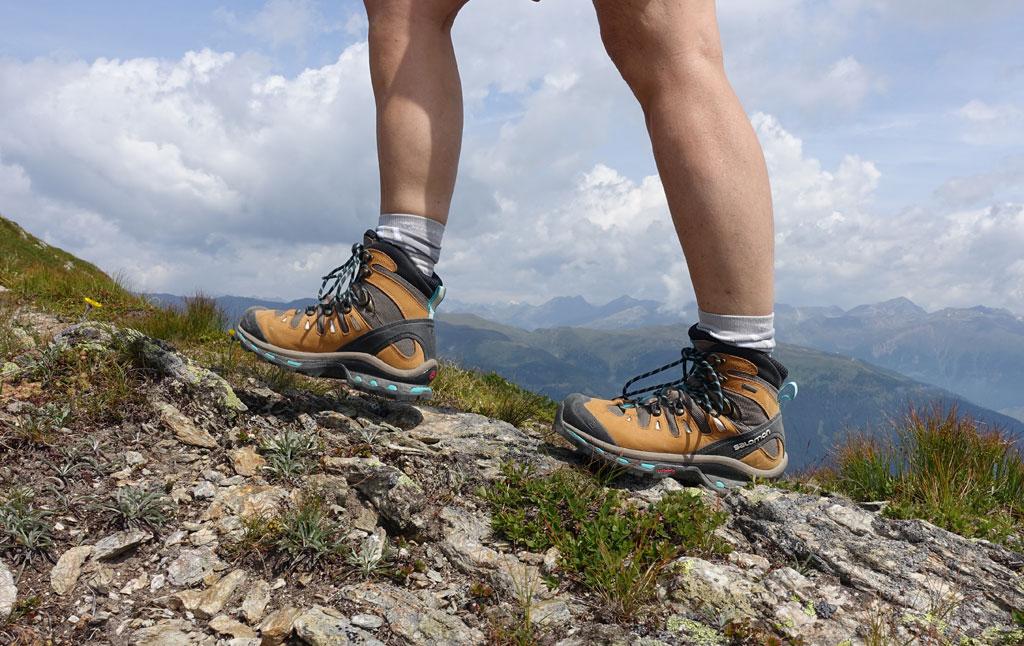 wandelschoenen op een rotshelling