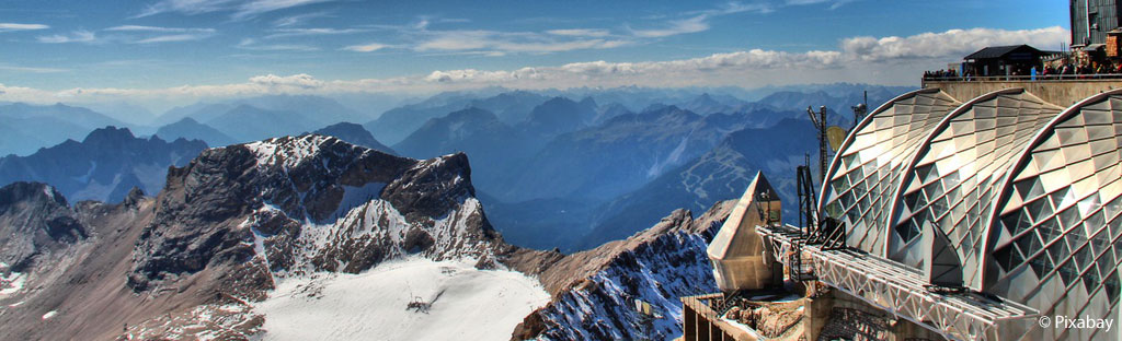 Modern restaurant en museum bovenop de Zugspitze met uitzicht