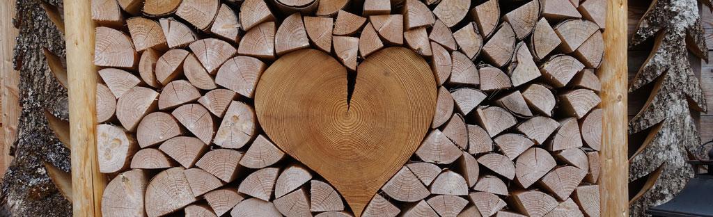 Houten hart laat romantiek zien in de bergen