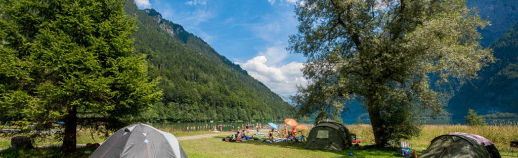 Tenten kamperen op grasveld aan de Klöntalersee