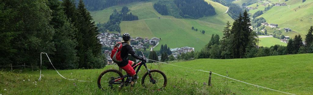 Mountainbiken in de bergen van Saalbach in Oostenrijk