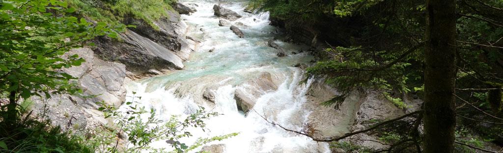 woest water stroomt door kloof over gladde stenen
