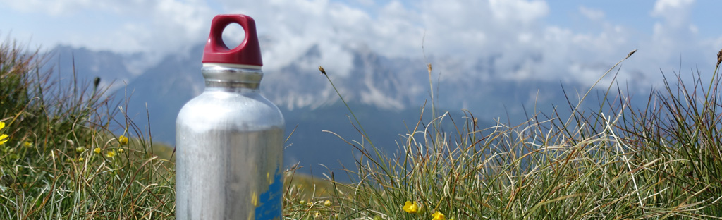 Aluminium drinkfles in de bergen