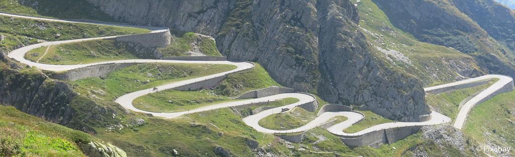 Haarspelden en steile weg door Tremoladal op de Gotthard
