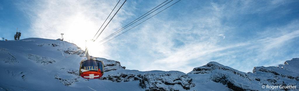 kabelbaan naar de top van titlis bij engelberg draaiende lift