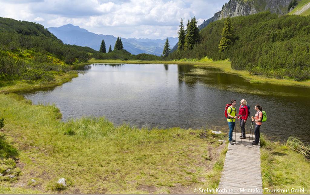 Wandelaars bij de Wiegensee
