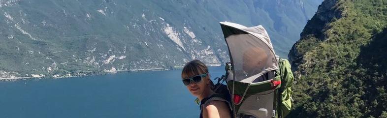 Wandelen in de bergen met baby in rugzak