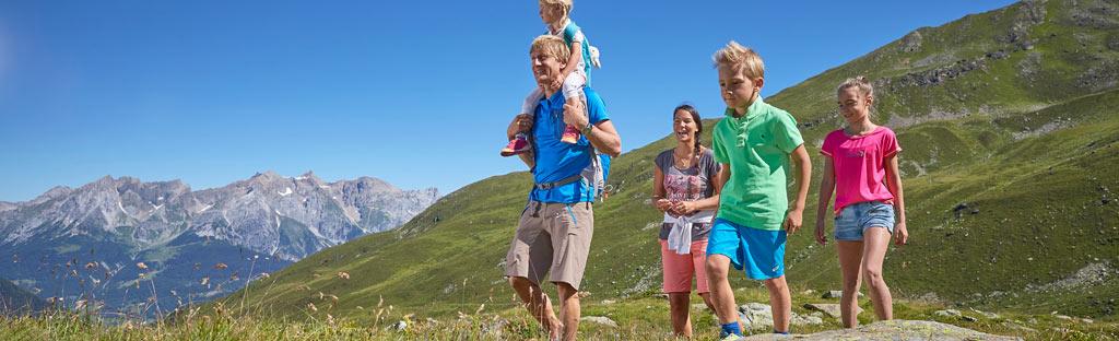 Wandelen met kinderen in de bergen rondom See