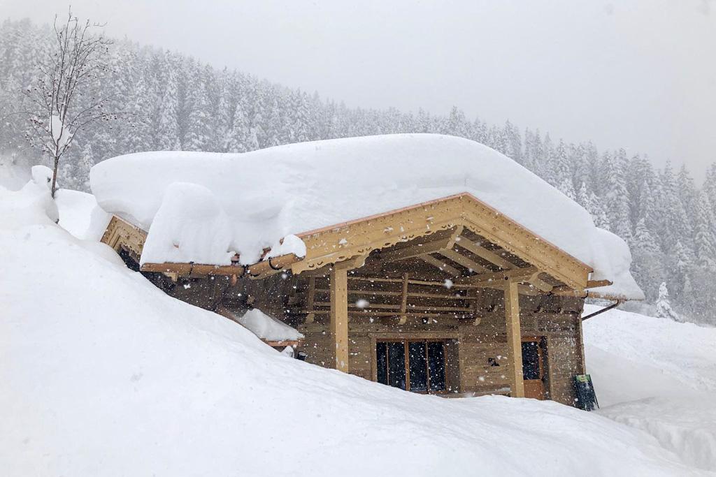 Sneeuw op een chalet