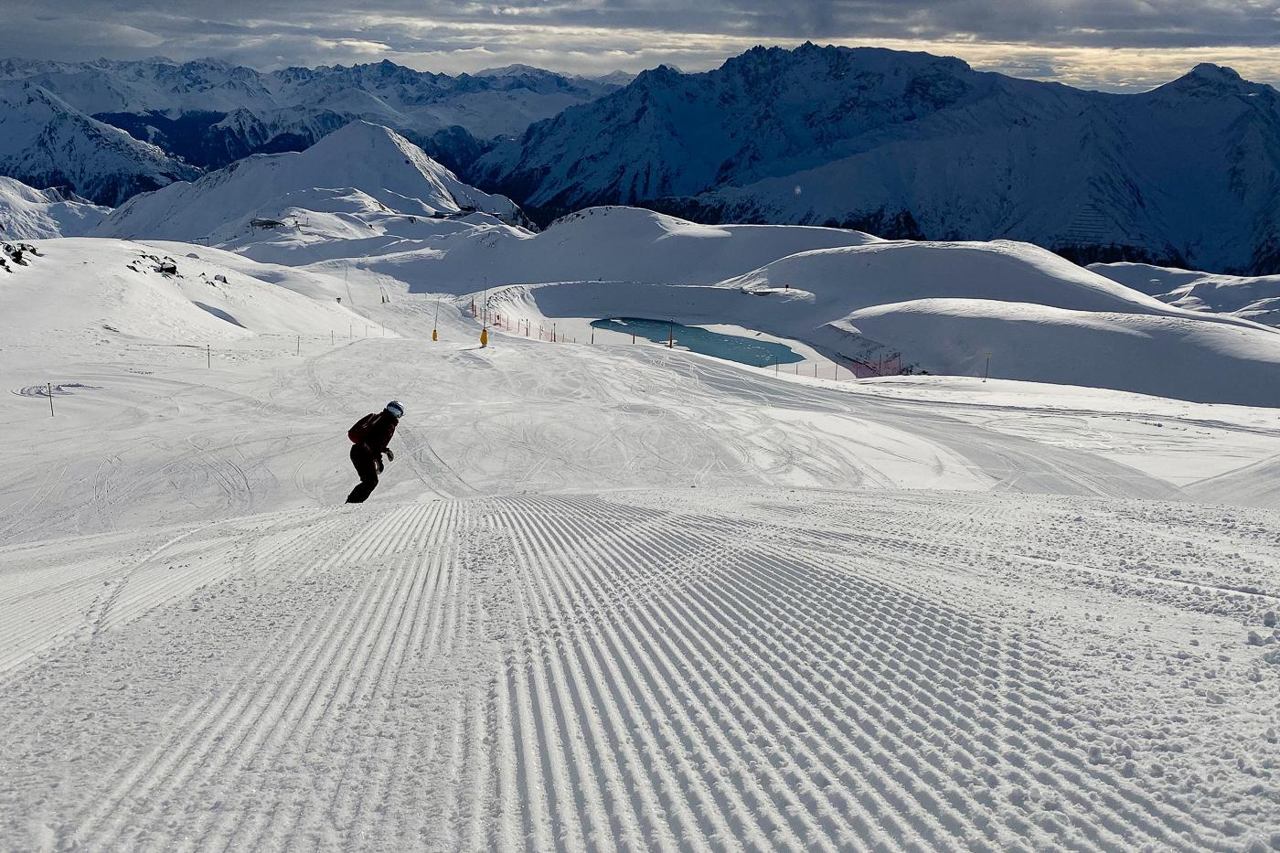 Snowboarden auf leere Piste in Ischgl
