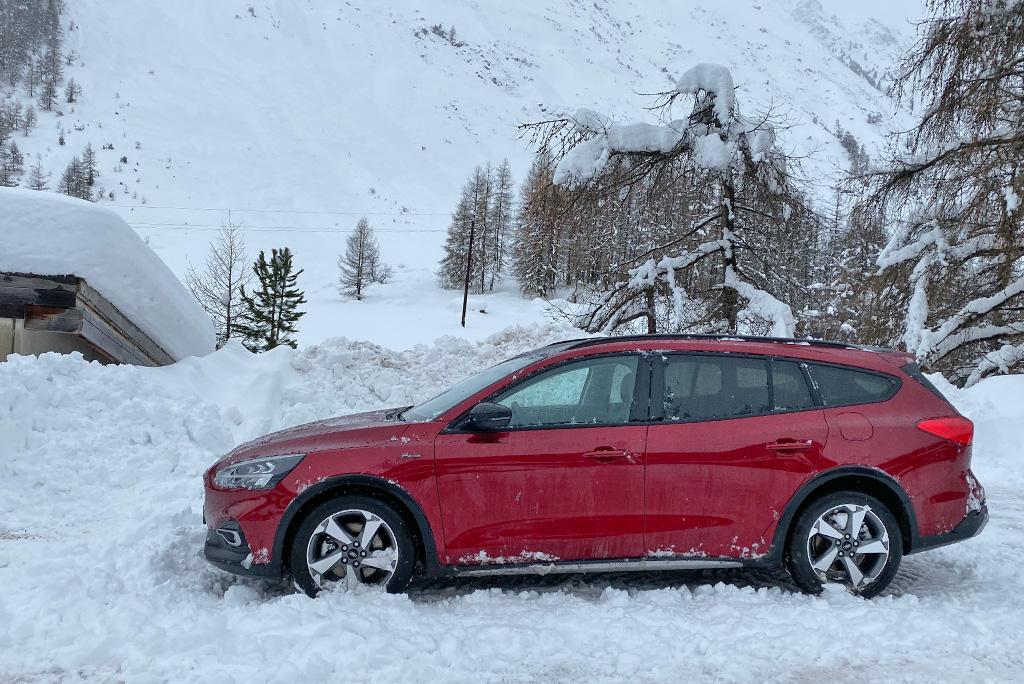 parkeren auto bergen sneeuw
