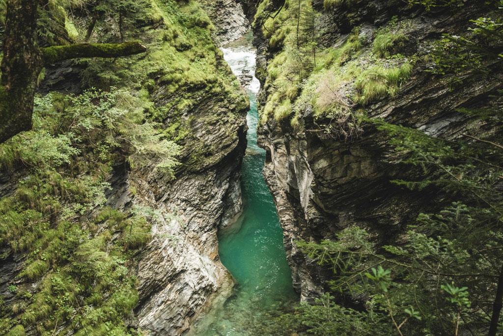 Rotswanden langs Viamala Kloof in Zwitserland