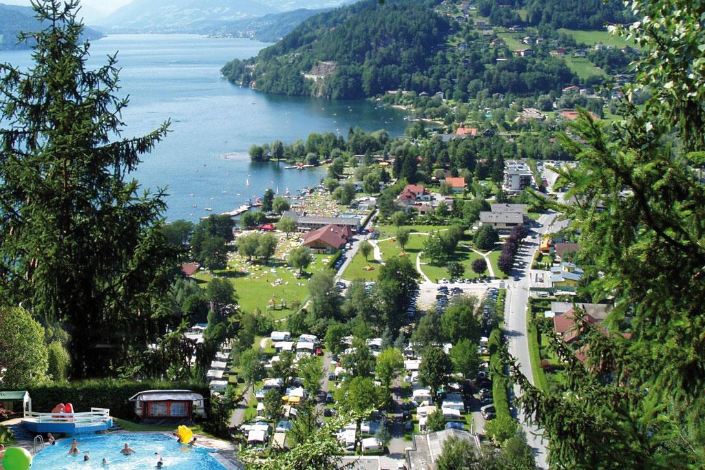 Camping met zwembad aan meer in de bergen