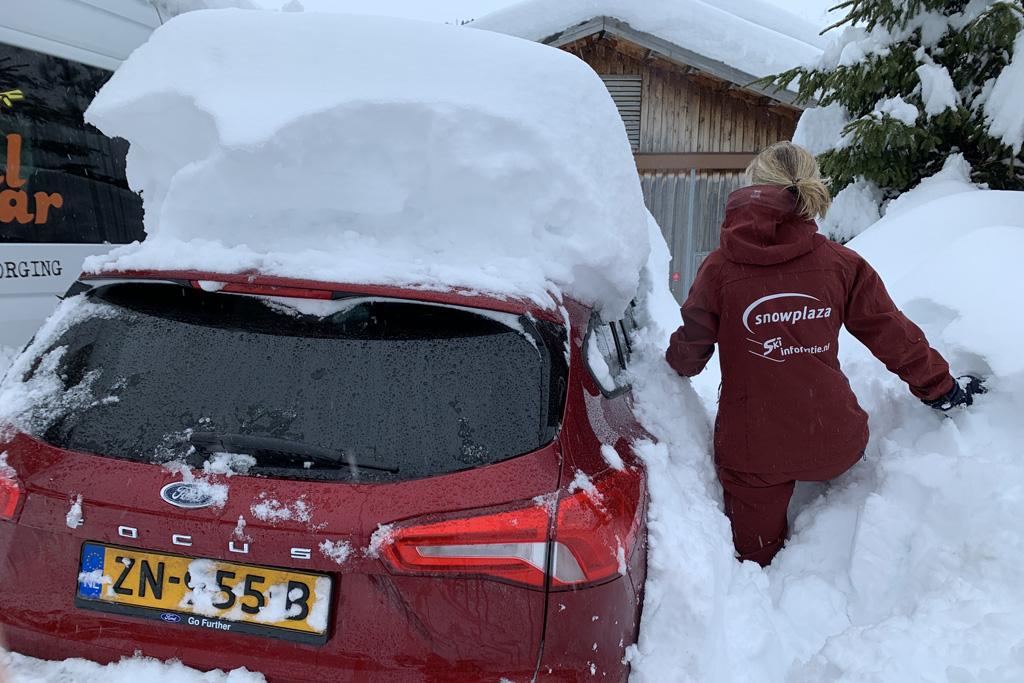 ingesneeuwde auto