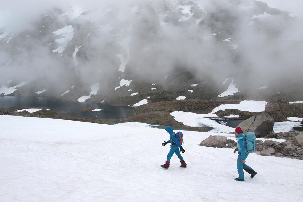 Wandelen door een winters landschap in de bergen