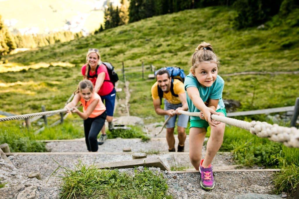 Spelen in de bergen van Saalbach Hinterglemm