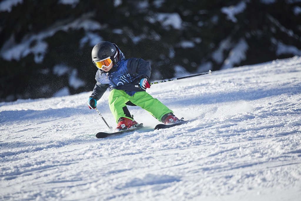 jongetje skiet in Skicircus