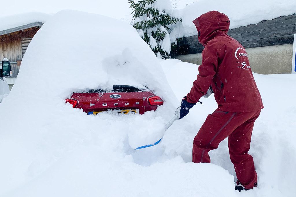 Auto uitgraven tijdens de wintersport