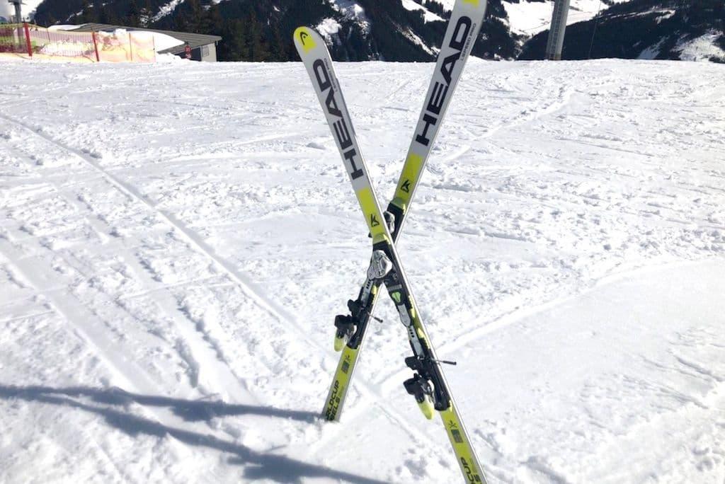 Skier in Kreuzform gesteckt