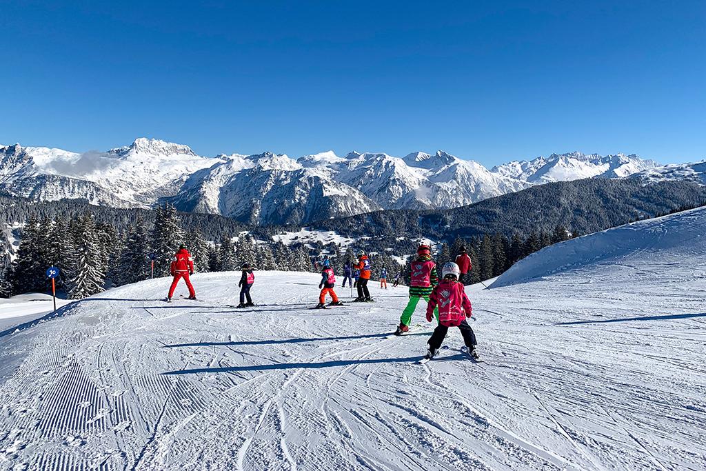 Familien im Skiurlaub