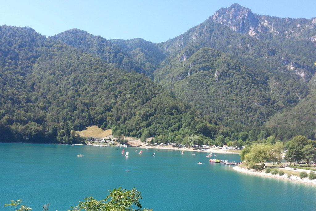 Zicht op strand en watersport van Camping al Lago aan Ledromeer