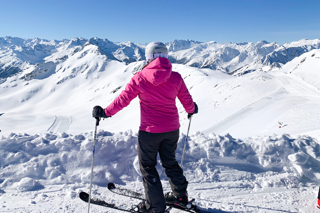 skieur avec vue panoramique