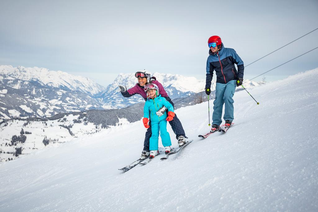 Familie skiën St. Johann in Salzburg
