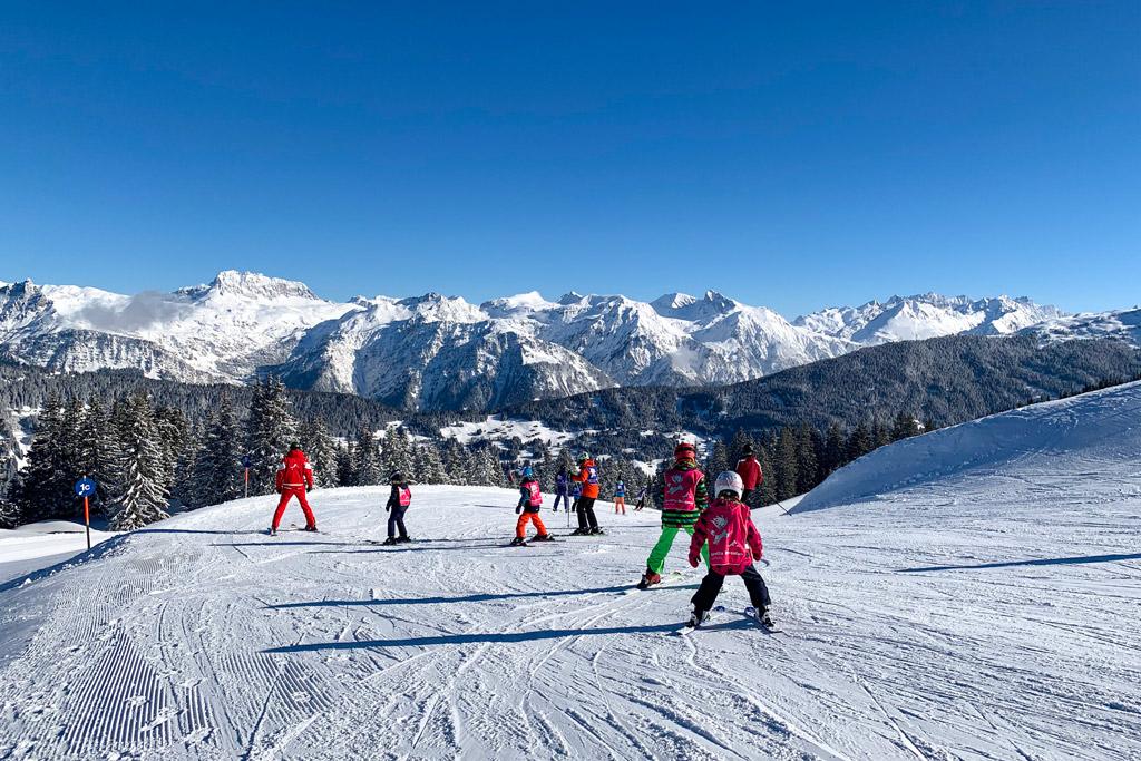 jeunes debutants sur les pistes de ski